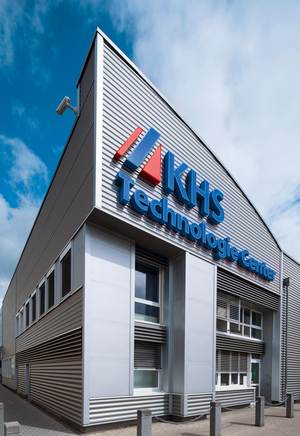 KHS invests in its plants outside Dortmund as well, such as here in Bad Kreuznach. Once the site of the Seitz-Werke, the plant now also has a modern technology center dedicated to filling and process technology which also serves as a training center for employees and customers.