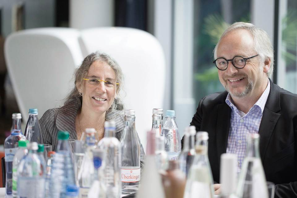 KHS competence editor Stuart J. Nessbach (right) talked to and drank with Soledad Sichert in Bonn.