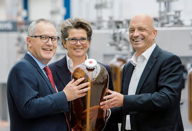Ein starkes Team – ganz im Sinne der Getränkebranche (v. l. n. r.): Nigel Pritchard, Group Chief Executive, Petainer; Annemieke Hartman-Jemmett, Group Commercial Strategy Director, Petainer; und Rainer Deutschmann, Global Product Account Manager Kegging, KHS GmbH.