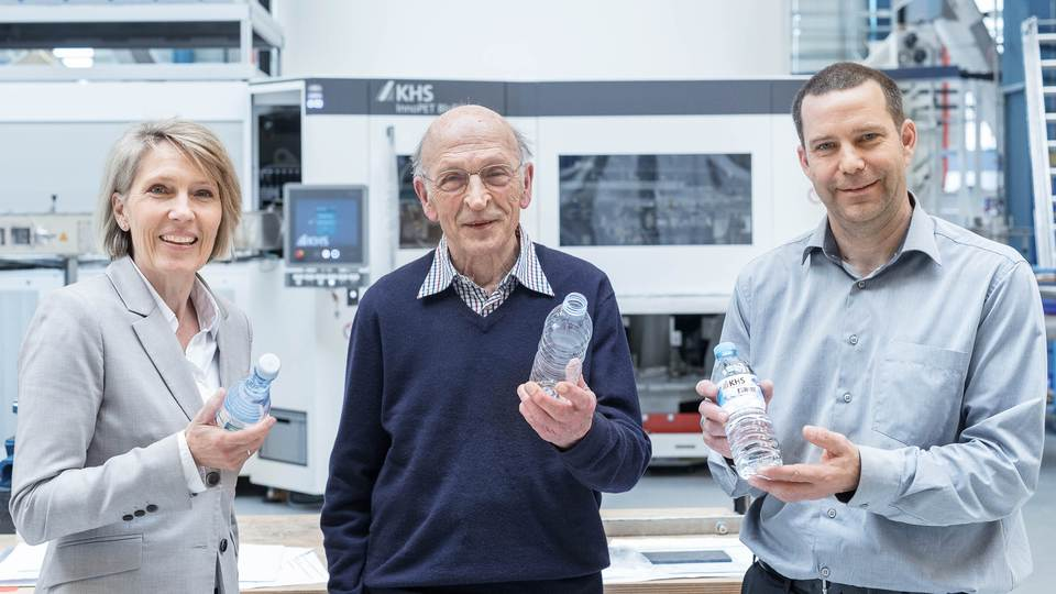 Three proven PET specialists present the fruits of their labors at KHS in Hamburg (from left to right:) bottle designer Claudia Schulte, inventor Karl-Heinz Seifert and product manager Arne Wiese.