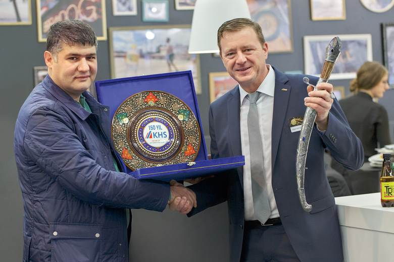 Abdumalik Khalilov, head of the Butsifal Group in Uzbekistan, presents Edgar-George Petsche, head of Market Zone Europe/CIS, with specially made gifts as a sign of his company's esteem.
