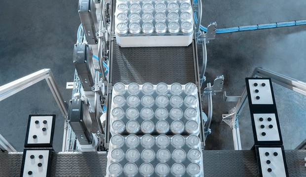With the help of four short conveyor belts, each with a separate electronic control, the packs are brought into position for access by the robot.