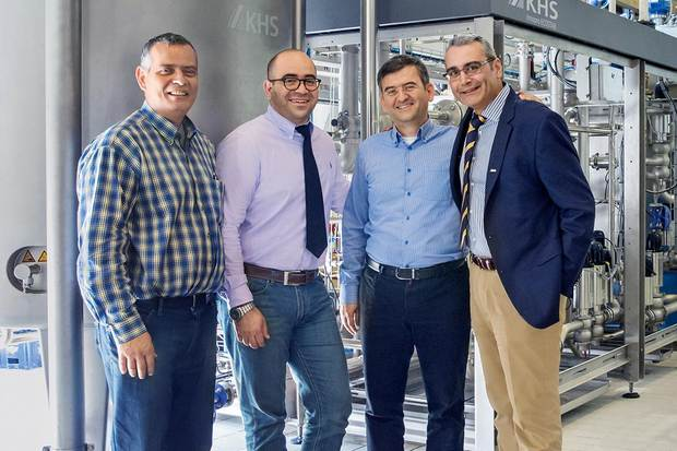 Team und Technik (v. l. n. r.): Christos Alexopoulos, Technical Manager; Konstantinos Agouridas, Braumeister und Produktionsleiter; Georgios Papadopoulos, Quality Manager, Olympic-Brauerei S.A.; Vassilis Georgatos, Area Sales Manager, KHS GmbH.