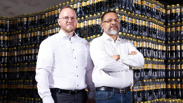 Zwei Partner, die sich aufeinander verlassen können: Prahlad K. Gangadharan (rechts), CEO der Big Bottling Company und Alexander Fuchs, Managing Director Operations von KHS Machines Nigeria