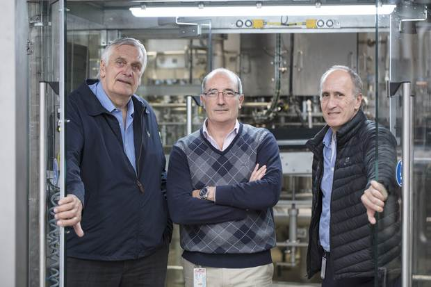 A dedicated team (from left to right): Jorge Oleskow, KHS Argentina, with Reginald Lee's plant manager Juan José Basso and production manager Orlando Diz.