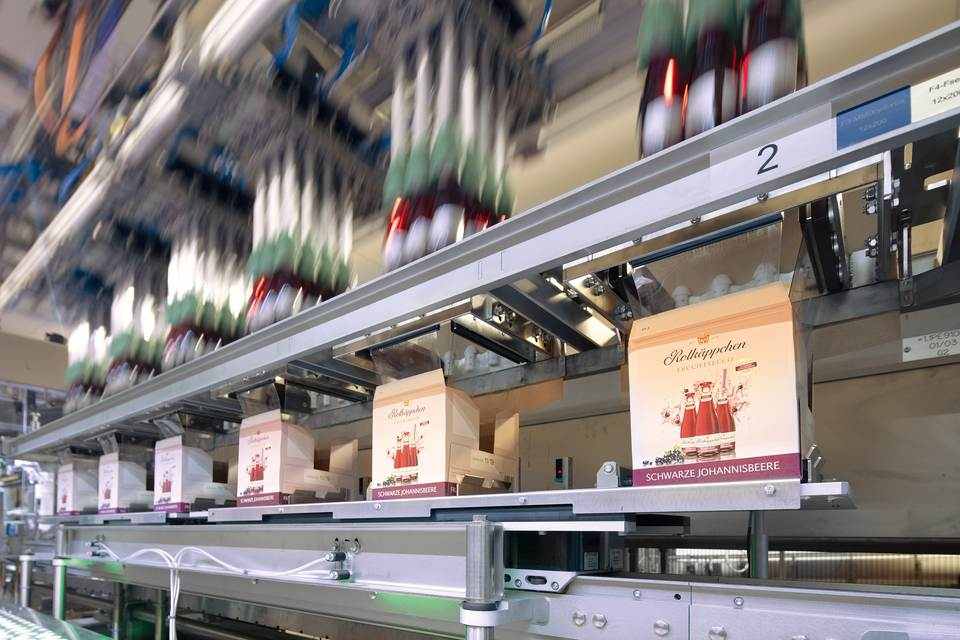 Up to 33,000 bottles per hour are placed by the KHS pick-and-place packer in the cartons erected by Schubert sub-machines.