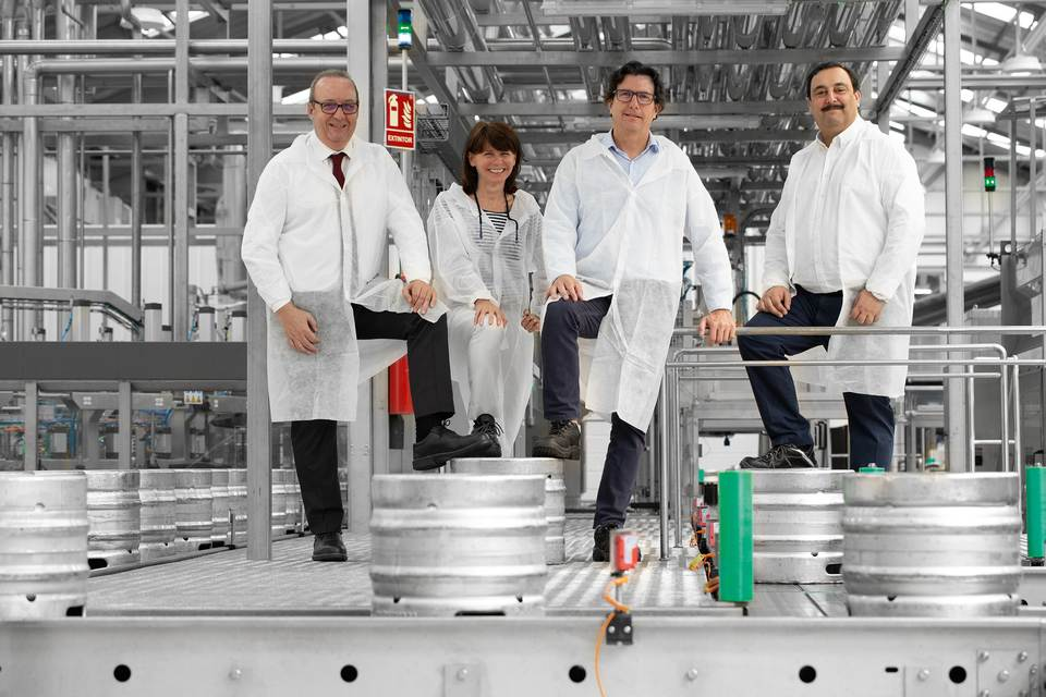 Miguel Pastor (Managing Director KHS Spain), Carmen Germann (Head of Regional Center Southern Europe, KHS GmbH), Javier Carballo (Operations Development Director, Mahou San Miguel) und José Miguel Fernández Fernández (Filling and Packaging Engineering Manager, Mahou San Miguel)