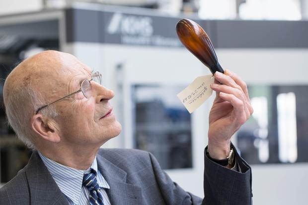 Karl-Heinz Seifert critically inspects one of the results he and his team obtained around 50 years ago in their first experiments with stretch blow molding.