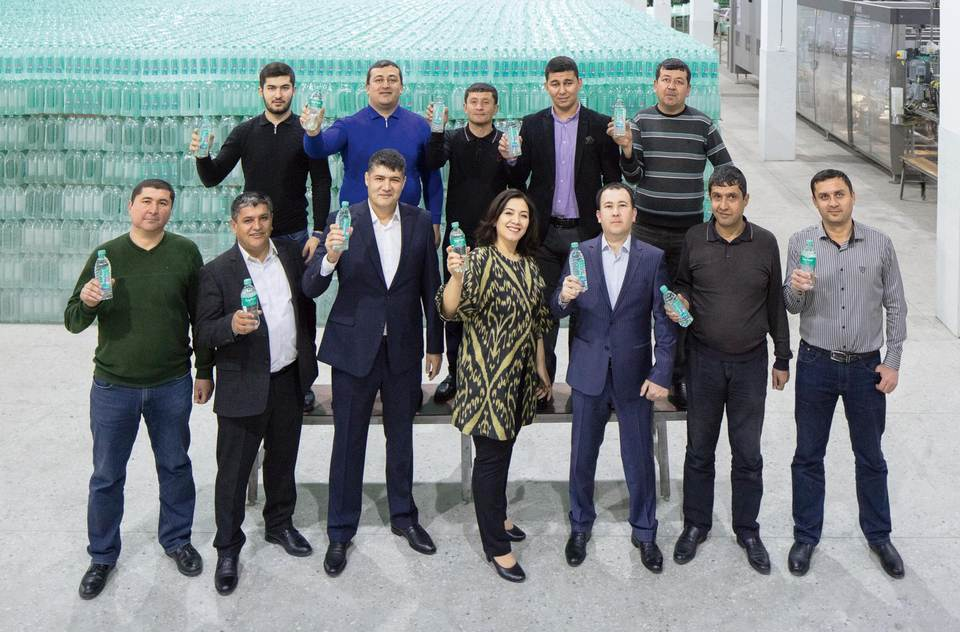Abdumalik Khalilov, director of the Butsifal Group (3rd from the left) and Dilfusa Tadjibaeva, sales manager for Uzbekistan at KHS (4th from the left), and the rest of the team look forward to a promising, long-term cooperation.